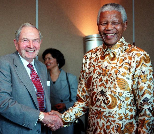David Rockefeller, Bilderberg Kluba sortu eta CIA diruz lagundu zuen milloiduna Nelson Mandelarekin. CIAren parte-hartzea ezinbestekoa izan zen Mandela atxiltzeko, eta ondoren 27 urtez espetxean izateko.