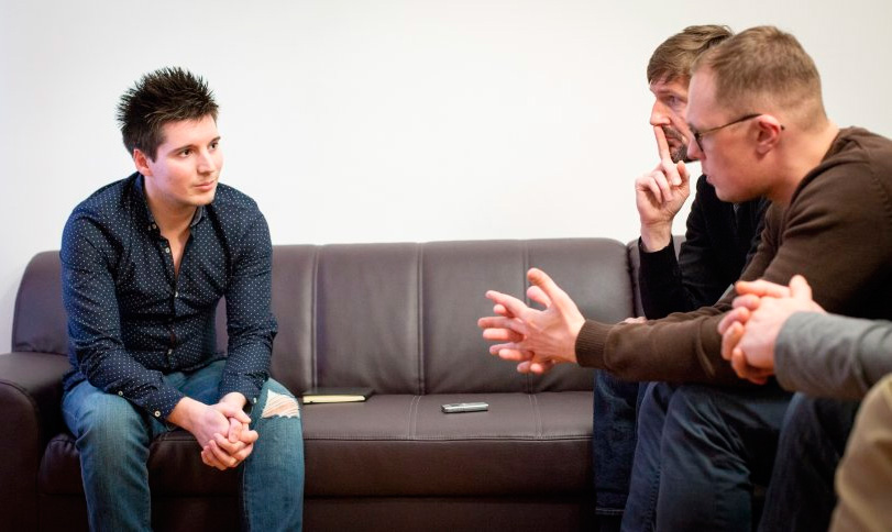 Rui Pinto, elkarrizketatu duten kazetariekin. Budapesteko etxean / Der Spiegel