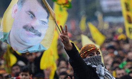 Kurduak Öcalanen banderak eskuetan, albistea ospatzen.