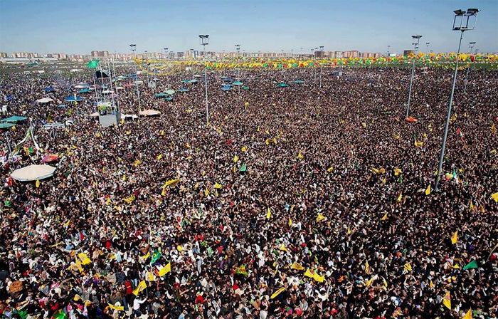 Milioi bat pertsonatik gora bildu dira Ameden Newroz ospatzeko.