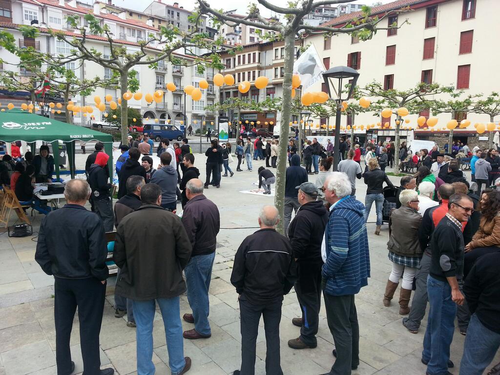 Alameda plaza betetzen doa. (Arg: Axier Lopez)