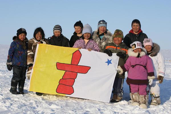 Haurrak inuiten banderarekin.