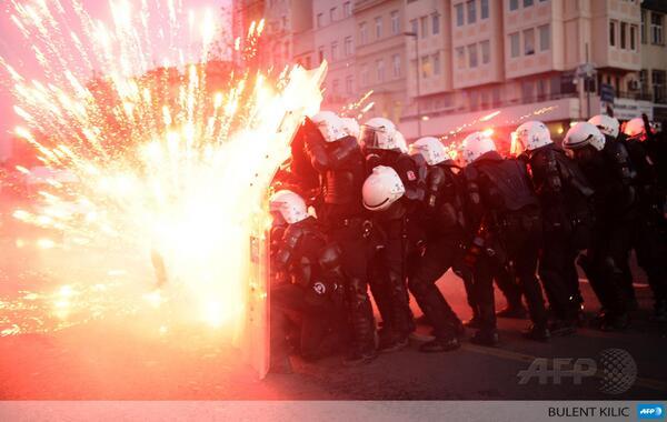 Poliziari su artifizialak bota dizkiote manifestari kurduek Istanbulen, bi gazteen heriotza salatzeko.