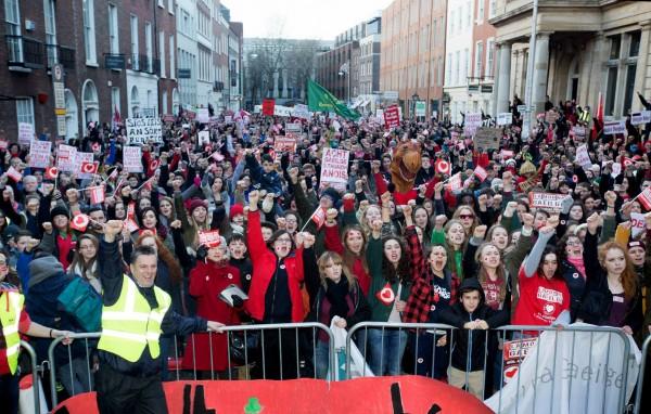 Manifestariak martxaren amaieran. (Arg: Conradh na Gaeilge)