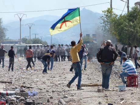 Amazighak protestan, polizia algeriarraren aurrean.