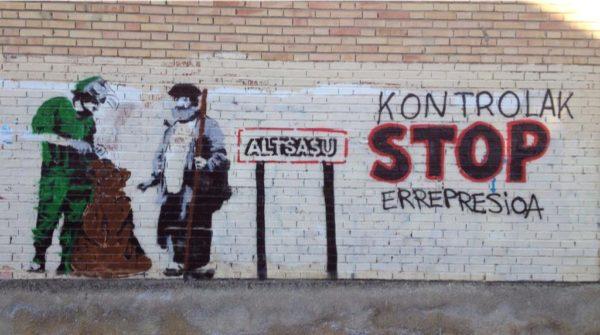Kontrolen aurkako murala Altsasun. (Argazkia: @momotxorroak)