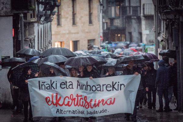 Iñaki eta Ainhoarekin elkartasuna adierazteko manifestazio jendetsuak Azpeitiko kaleetan barrena ibili zen. (Gorka Rubio / Foku)