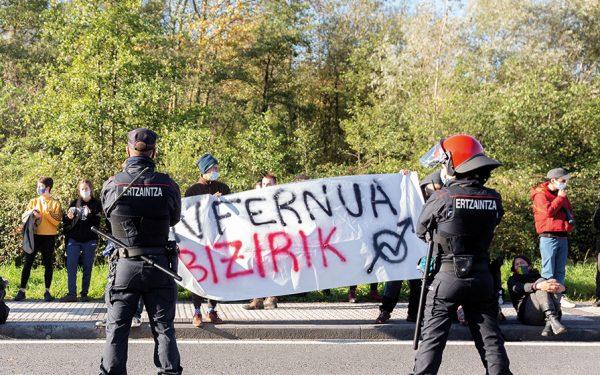 Infernua hustu zuten egunean kanpoan protesta. (Dani Blanco / Argia)