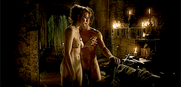 """Argazkian, """"Game of Thrones"""". Samantha Taylor-Johnson zuzendariari """"nazkagarria"""" iruditzen zaio gizonak erabat biluzik erakustea."""