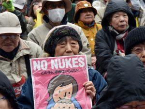 Fukushimaren oroimenezko eta zentral nuklearren kontrako manifestazioa martxoaren 8an Tokion. (Argazkia: CBC)