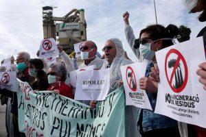 Herritarrak protestan Kataluniako Moncada i Reixac herrian hondakinak erretzen dituen Lafarge zementu fabrikaren atarian. (Argazkia: Directa)