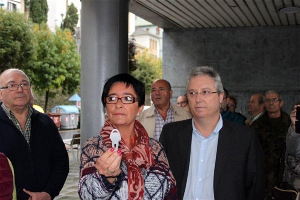Izaskun Gomez Pasaiako alkatea eta  Jose Ignacio Asensio Ingurumen diputatua borondatezko edukiontzi sistema berrezartzen urrian. (Argazkia: Europa Press)